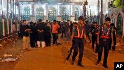 Petugas keamanan Bangladesh tengah memeriksa lokasi ledakan di sebuah masjid di Dhaka, Bangladesh (Foto: dok). Ledakan di sebuah masjid minoritas Muslim di Bangladesh barat laut hari Jumat (25/12) menewaskan tersangka pembom bunuh diri dan melukai tiga lainnya.
