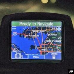 GPS ຊຶ່ງເປັນອຸປະກອນທີ່ທັນສະໄໝ ທີ່ເຈົ້າໜ້າທີ່ຍາມປ່າຂອງໄທ ໃຊ້ ເພື່ອຊີ້ບອກຈຸດທີ່ຢູ່ໃຫ້ ບ່ອນທີ່ຕ້ອງການ ການລາດຕະເວນຫລາຍກວ່າໝູ່ (FILE).