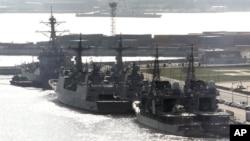 Tàu khu trục của Mỹ, Nam Triều Tiên, và Nhật Bản, đang thả neo tại một căn cứ hải quân ở Busan, Nam Triều Tiên.