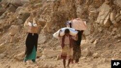 Warga Yaman membawa bantuan kemanusiaan di luar kota Taiz, Yaman, 17 Januari 2016.