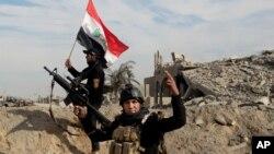Forças iraquianas celebrando a vitória em Ramadi
