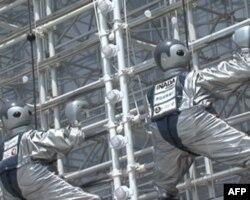 日本产业馆外的爬墙机器人
