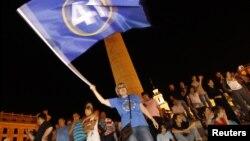 그루지아 총선이 치뤄진 지난 1일, 트빌리시에서 야권의 승리를 축하하기 위해 모여든 지지자들.