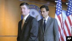 جب هنسارلینگ (چپ) رئیس کمیته خدمات مالی مجلس نمایندگان آمریکا
