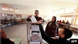 Cử tri bỏ phiếu tại một phòng phiếu trong thủ đô Rabat hôm 25/11/11