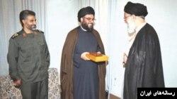 آیت الله خامنه ای رابطه نزدیکی با حسن نصرالله رهبر حزب الله لبنان دارد. در عکس قاسم سلیمانی هم حضور دارد.