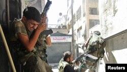 Thành viên của lực lượng Giải phóng Syria đụng độ với binh sĩ chính phủ tại Aleppo, ngày 22/8/2012