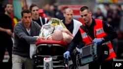 7일 프랑스 파리 주간지 '샬를리 엡보' 사무실에 총격 사건이 발생한 가운데, 응급구조대가 부상자를 병원으로 이송하고 있다.