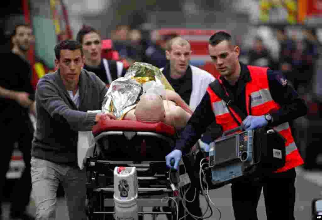 حملے سے زخمی ہونے والے شخص کو اسپتال منتقل کیا جا رہا ہے۔