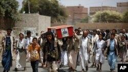 Phiến quân Houthi khiêng quan tài của một đồng đội bị thiệt mạng trong cuộc không kích của Ả Rập Xê Út 7/6/15
