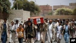 胡赛反政府武装分子在也门首都萨那为一名在沙特领导的空袭中被打死的同伴举行葬礼。(2015年6月7日)