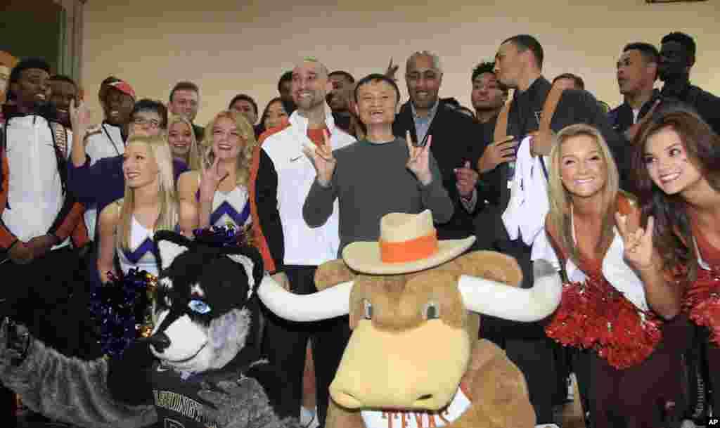 阿里巴巴集团董事局主席马云和美国华盛顿大学与德克萨斯大学篮球队队员在杭州合影(2015年11月10日)