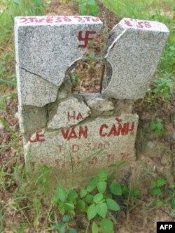 Bia mộ hư hỏng của Hạ sỉ Lê Văn Cảnh