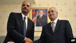 Algerian Justice Minister Tayeb Belaiz (R) and US Attorney General Eric Holder shake hands after they signed a treaty in Algiers, 07 Apr 2010