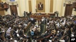 Ketua Parlemen Mesir Saad el-Katani membuka rapat parlemen Mesir pertama sejak di bubarkan oleh Mahkamah Agung Konstitusional di Kairo (10/7).