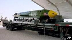 Ibombe ya mbere nini, ya Amerika, yo m'ubwoko bwa GBU-43/B, ipima ibiro ibihumbi cumi. Yatewe muri Afuganistani