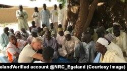 Les notables du village parlent des craintes des violences relatives à Boko Haram, à Monguro, Nigeria, 11 octobre 2017. (Twitter/Jan EgelandVerified account @NRC_Egeland)