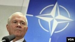 Menteri Pertahanan AS Robert Gates mengadakan jumpa pers pasca-pertemuan menteri-menteri pertahanan NATO di Brussels.