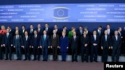 Para pemimpin negara-negara Uni Eropa berpose saat menghadiri pertemuan di Brussels (14/3).