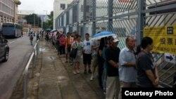 香港6/22沙田投票站外市民等候投票(網絡圖片)