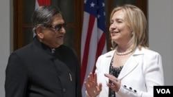 Menlu India S.M. Krishna berbincang dengan Menlu AS Hillary Rodham Clinton sebelum dimulainya dialog strategis antara kedua negara di New Delhi, India (19/7).
