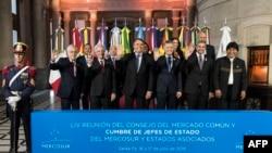 De izquierda a derecha, los presidentes: Sebastián Piñera, Tabaré Vázquez, Jair Bolsonaro, Mauricio Macri, Mario Abdo Benítez y Evo Morales, durante la 54ª Cumbre de Jefes de Estado de Mercosur y Estados asociados en Santa Fe, Argentina.