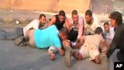 這些敘利亞人星期天在哈馬躲避砲擊