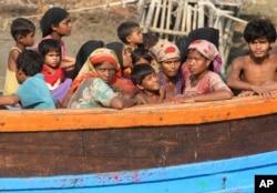 Phụ nữ và trẻ em trên những chiếc thuyền ọp ẹp.