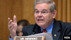 El senador Robert Menéndez dice que la OEA debe presionar a sus miembros a que respeten la Carta Democrática Interamericana.