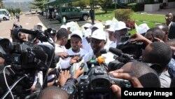 Frank Habineza w'ishyaka riharanira Demokarasi no kurengera ibidukikije amaze gutanga kandidatire ye muri Komisiyo y'Igihugu y'Amatora