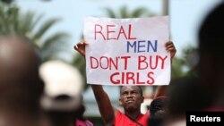 Un homme tenant, à Lagos le 10 mai 2014, une pancarte pour la libération des jeunes filles kidnappées dans le village de Chibok le 14 Avril.