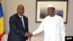 Le président tchadien Idriss Déby serre la main de son homologue Faustin Archange Touadera, à N'djamena, le 24 février 2016.