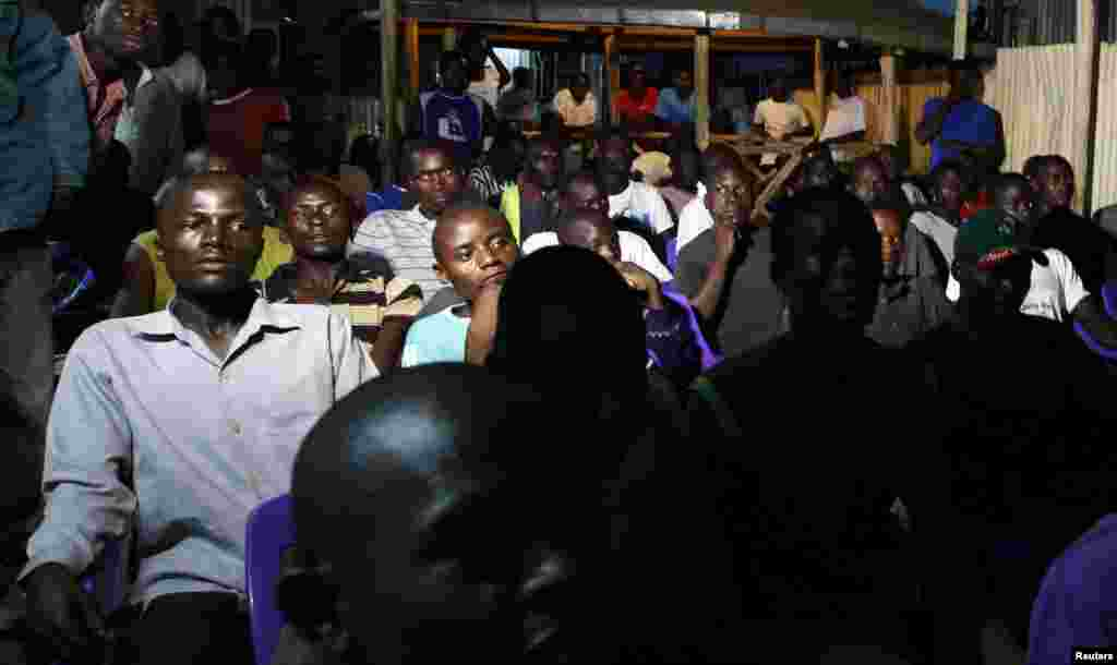 Residents watch the tallying of cast votes on television during presidential and parliamentary elections in the western town of Kisumu, 350 km (218 miles) from the capital Nairobi, March 5, 2013.