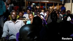 星期二在肯尼亞城市基蘇木﹐民眾通過電視觀看投票計票