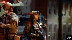 미국 볼티모어에서 야근통행금지령이 시행된 29일 새벽, 무장한 경찰이 경계를 펴고 있다.