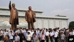 지난 8일 북한 김일성 주석 사망 20주기를 맞아 평양만수대 언덕 김일성, 김정일 동상에는 조의를 표하기 위한 주민들의 방문이 이어졌다. (자료사진)
