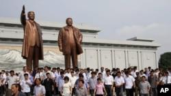 지난 8일 평양 주민들이 북한 김일성 주석 사망 20주기를 맞아 만수대언덕의 김일성, 김정일 동상에 조의를 표하고 있다.