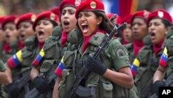 Mujeres soldados durante una parada militar: la Fuerza Armada de Venezuela se comprometió a respetar los resultados de las elecciones del próximo 7 de octubre.