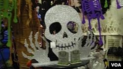 Muchas tiendas y supermercados aprovechan la fecha para colocar decoración estilo Halloween.