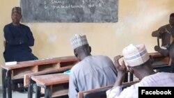 Gwamna Zulum a zauna a aji yana yi wa malamai jarabawa (Facebook/Gwamnatin Borno)