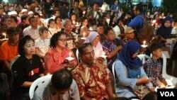 Masyarakat lintas agama ikut serta dalam mendoakan korban serangan bom bunuh diri 3 gereja, di Gereja Katolik Santa Maria Tak Bercela Surabaya (foto Petrus Riski/VOA).