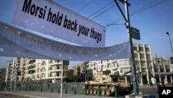 قاہرہ میں صدارتی محل کے باہر ٹینک تعینات
