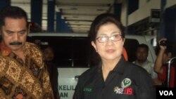 Menteri Kesehatan, Nila Djuwita Farid Moeloek saat mengunjungi pos kesehatan arus mudik Lebaran di terminal Tirtonadi, Solo, Jawa Tengah, 22 Juni 2016. (Foto: VOA/ Yudha)