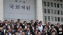 한.일 군사정보보호협정 체결 중단을 요구하는 한국의 민주통합당 의원들