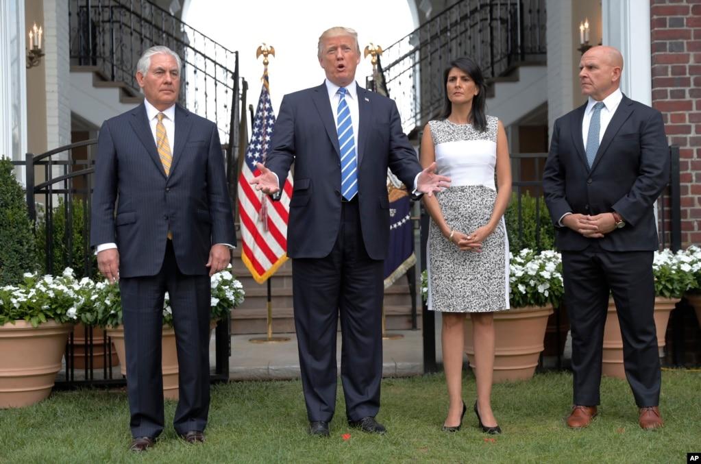 """美国总统川普与美国国务卿蒂勒森(左),美国国家安全顾问麦克马斯特(右)和美国常驻联合国代表黑利在新泽西州他的高尔夫度假地会商后,向记者发表讲话(2017年8月11日)。川普警告朝鲜说,美军已经""""目标锁定,子弹上膛"""";""""如果关岛发生什么事情,朝鲜将有非常、非常大的麻烦。""""朝鲜在此之前曾经扬言要向美国的太平洋属地关岛发射导弹。"""