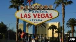 Les touristes devant un signe de bienvenue, à l'hôtel Mandalay à Las Vegas, Nevada, le 15 novembre 2017.