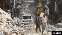 2016年7月26日,叙利亚阿勒颇当地居民空袭过后出门察看损失情况。
