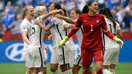 美国女子足球队欢呼