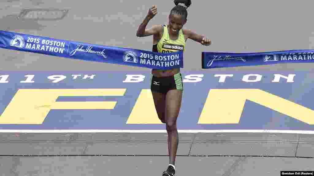Caroline Rotich, wa Kenya akimaliza wa kwanza mbio za Boston Marathon 2015