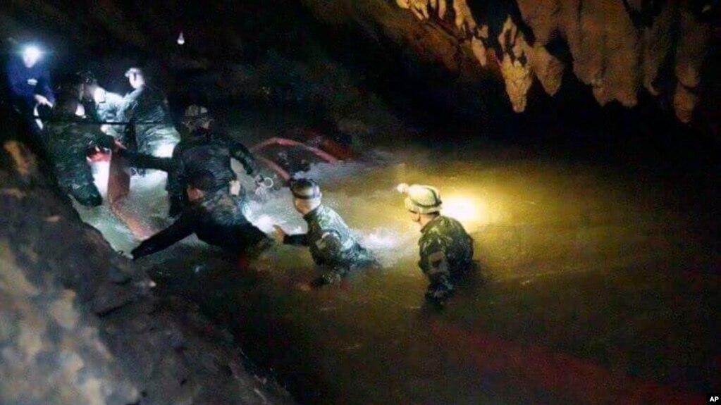 Đội cứu hộ Thái Lan đang dò đường tìm đội bóng trong hang Tham Luang
